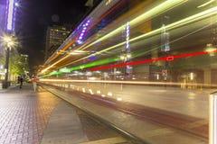Houston du centre du tranvia de rue principale la nuit photo stock
