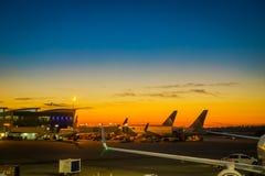 HOUSTON EEUU, JANUARI, 29, 2018: Härlig utomhus- sikt av en Boeing 777-200 av United Airlines i flygplatsen av Arkivbilder