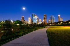 Houston horisont på natten från Lindsy parkerar Arkivfoton