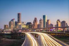 Houston, il Texas, orizzonte di U.S.A. e strada principale fotografie stock