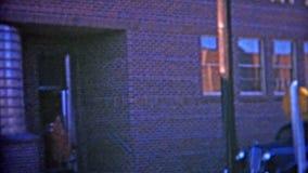 HOUSTON, LE TEXAS 1953 : Entrée de société de Kraft Foods où deux travailleurs émergent banque de vidéos