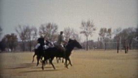 HOUSTON, LE TEXAS 1953 : Pratique en matière de jeu de polo de cheval en dehors des champs d'université banque de vidéos