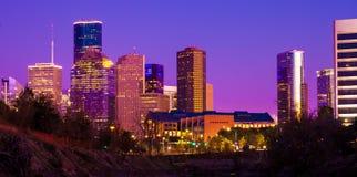 Houston-Skyline während des Sonnenuntergangs mit belichteten Wolkenkratzern lizenzfreie stockfotografie