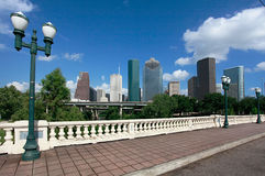 Houston-Skyline, wie von der Sabine-Straßen-Brücke gesehen lizenzfreies stockbild