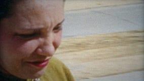 HOUSTON, TEJAS 1953: El fotógrafo abandona la cámara para estar en la foto de familia almacen de video