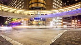 Houston, Texas Intersection & het Verkeer van de binnenstad bij Nacht stock foto