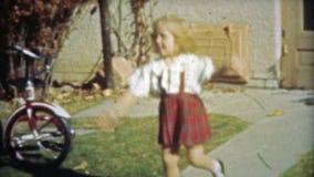 HOUSTON, TEXAS 1953: Kleines Mädchen ahmt Gesellschaftstänze mit dem Treten nach stock footage