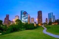 Houston Texas parkerar modern horisont på solnedgångskymning från Royaltyfri Fotografi