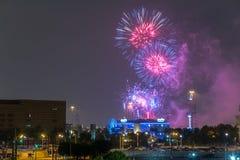 Houston, TX/USA - circa im Juli 2013: Unabhängigkeitstag-Feuerwerke über im Stadtzentrum gelegenem Houston, Texas Lizenzfreie Stockfotografie