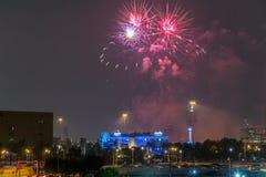 Houston, TX/USA - circa luglio 2013: Fuochi d'artificio di festa dell'indipendenza sopra Houston del centro, il Texas Immagini Stock