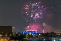 Houston, TX/USA - circa luglio 2013: Fuochi d'artificio di festa dell'indipendenza sopra Houston del centro, il Texas Fotografia Stock