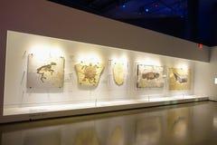HOUSTON USA - JANUARI 12, 2017: Ett färdigt som fossiliseras av olika djur i en utläggning över en vägg i medborgare Arkivfoto
