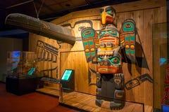 HOUSTON USA - JANUARI 12, 2017: Indisk konst med några totem inom av det nationella museet av naturvetenskap i Orlando Arkivbilder