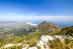 Hout海湾全景,在开普敦,南非附近的一个镇,在开普敦半岛的大西洋海滨的一个谷的 免版税库存图片