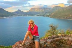 Hout海湾的旅游妇女 免版税库存图片