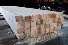 Hout bij de zaagmolen Het timmerhout wordt opgeslagen in het pakhuis royalty-vrije stock foto's