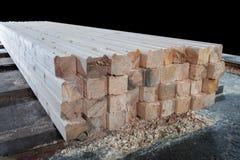 Hout bij de zaagmolen Het timmerhout wordt opgeslagen in het pakhuis royalty-vrije stock afbeelding