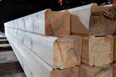 Hout bij de zaagmolen Het timmerhout wordt opgeslagen in het pakhuis stock afbeeldingen