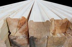 Hout bij de zaagmolen Het timmerhout wordt opgeslagen in het pakhuis stock afbeelding