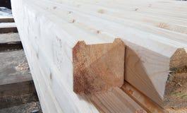 Hout bij de zaagmolen Het timmerhout wordt opgeslagen in het pakhuis stock foto's