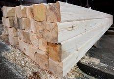 Hout bij de zaagmolen Het timmerhout wordt opgeslagen in het pakhuis stock foto