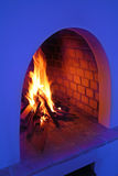 Hout in brand gestoken oven in huis Himachal in Noord-India Stock Foto