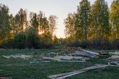 Hout die op de weide in het platteland liggen Op de achtergrond - de lentebos royalty-vrije stock foto's