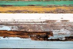 Hout/drijfhoutpijler van de plank de lichtgrijze textuur hierboven - water royalty-vrije stock fotografie