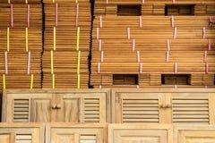 Hout en deuren die op verkoop wordt voorbereid Stock Fotografie