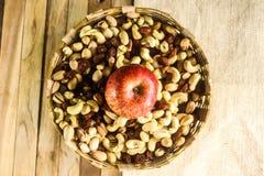 Hout en matachtergrond met gedroogd fruit en appel Stock Afbeeldingen