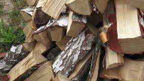 Hout gemaakt van berk versie snijden Stapel van gehakt brandhout dat op de winter wordt voorbereid stock video