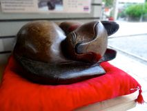 Hout gesneden kattenstandbeeld bij Tsuyunoten-het Heiligdom van Heiligdomohatsu Tenjin stock afbeeldingen