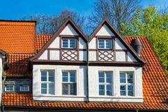 Hout-kader huis met oude houten Vensters Stock Foto's