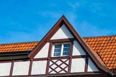 Hout-kader huis met oude houten Vensters Royalty-vrije Stock Foto's