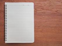 Hout met gele notitieboekje en kantoorbehoeften Stock Foto