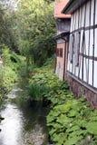 Hout ontworpen voorzijde langs rivier Stock Afbeelding
