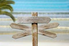 Hout op het strandteken stock afbeeldingen