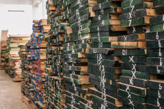 Stapel van Hout in voorraad wordt opgeslagen die Royalty-vrije Stock Afbeeldingen