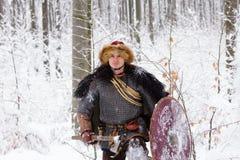 Hout van de de strijderswinter van portret vecht het sterke Viking Skandinavisch traditioneel van de de kettingspost van de kledi Stock Foto