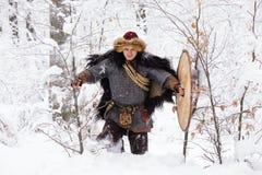 Hout van de de strijderswinter van portret vecht het sterke Viking Skandinavisch traditioneel van de de kettingspost van de kledi Stock Afbeeldingen