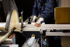 Houtbewerking en meubilair die concept maken Een timmerman in de workshop die schrijnwerkerij doen stock foto