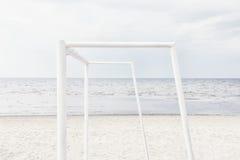 Houtbewerking voor strandvoetbal op het strand van de Oostzee royalty-vrije stock foto's