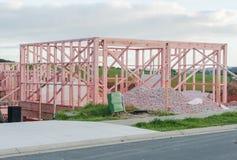 Houtconstructie van privé huizen op ongelijke oppervlakten Stock Fotografie