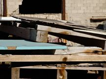 Houtconstructiestructuren in een industriële plaats worden gestapeld die, buiten stock afbeelding