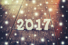Houten aantallen die het aantal 2017, voor het nieuwe jaar vormen Stock Fotografie