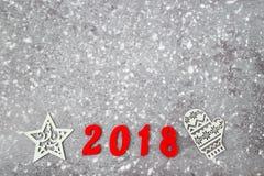Houten aantallen die het aantal 2018, voor het nieuwe jaar en de sneeuw op een grijze concrete achtergrond vormen Royalty-vrije Stock Fotografie
