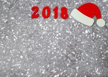 Houten aantallen die het aantal 2018, voor het nieuwe jaar en de sneeuw op een grijze concrete achtergrond vormen Stock Foto's