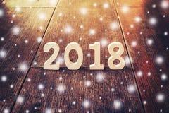 Houten aantallen die het aantal 2018, voor het nieuwe jaar en sno vormen Royalty-vrije Stock Afbeelding