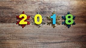 Houten aantallen die het aantal 2018, voor het nieuwe jaar 2018 op een houten achtergrond vormen Stock Foto
