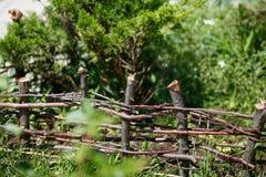 Houten Acaciaomheining in de tuin Stock Fotografie
